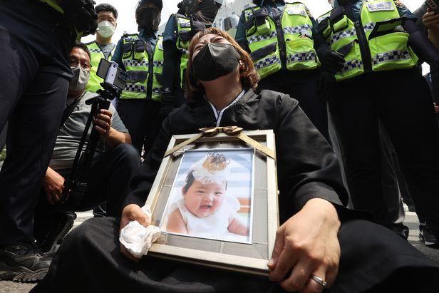 Vụ bé gái 16 tháng tuổi bị bạo hành đến chết: Mẹ nuôi khóc dữ dội nhận án chung thân, gã bố nuôi gây phẫn nộ hơn với lời nài nỉ cuối-5