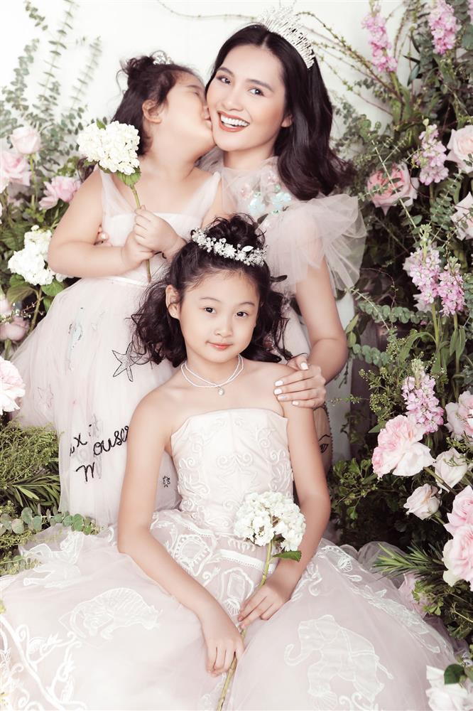 Hoa hậu Hương Giang nuôi con theo đúng kiểu mẹ bỉm hiện đại: Con gái lớn chân dài miên man, gái nhỏ bụ bẫm đáng yêu-1