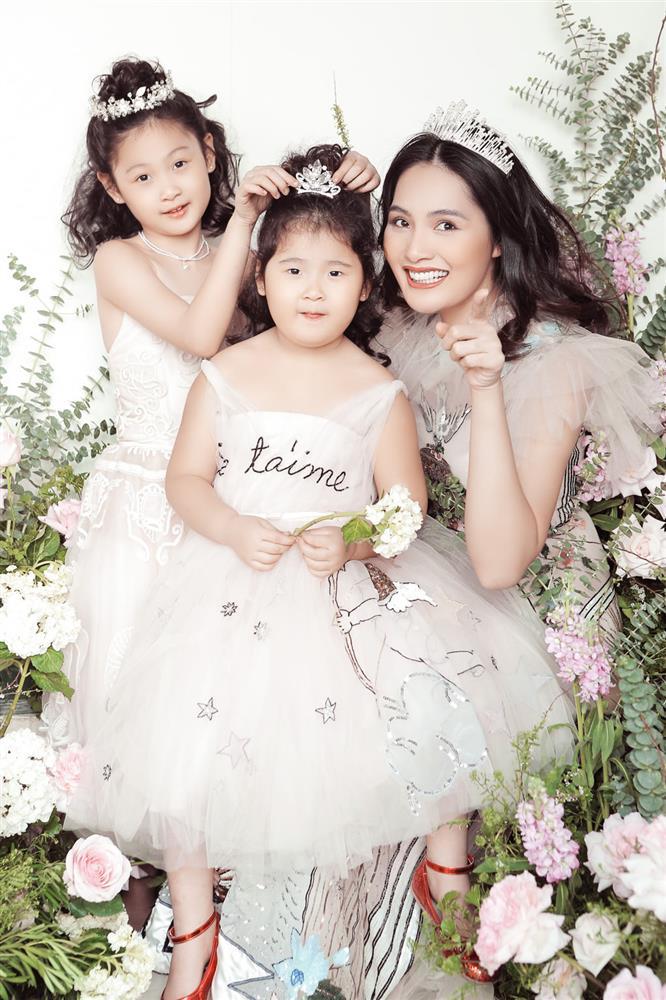 Hoa hậu Hương Giang nuôi con theo đúng kiểu mẹ bỉm hiện đại: Con gái lớn chân dài miên man, gái nhỏ bụ bẫm đáng yêu-2