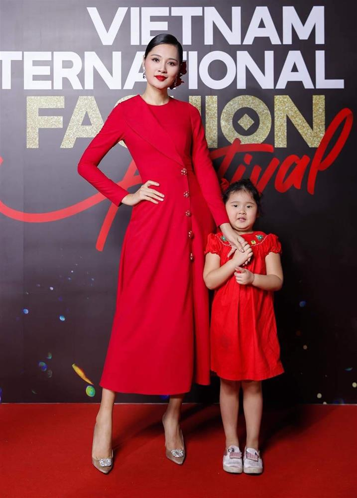 Hoa hậu Hương Giang nuôi con theo đúng kiểu mẹ bỉm hiện đại: Con gái lớn chân dài miên man, gái nhỏ bụ bẫm đáng yêu-9