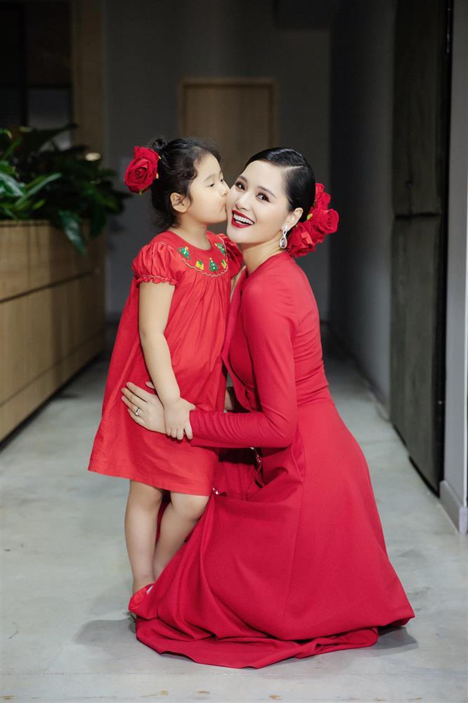 Hoa hậu Hương Giang nuôi con theo đúng kiểu mẹ bỉm hiện đại: Con gái lớn chân dài miên man, gái nhỏ bụ bẫm đáng yêu-10