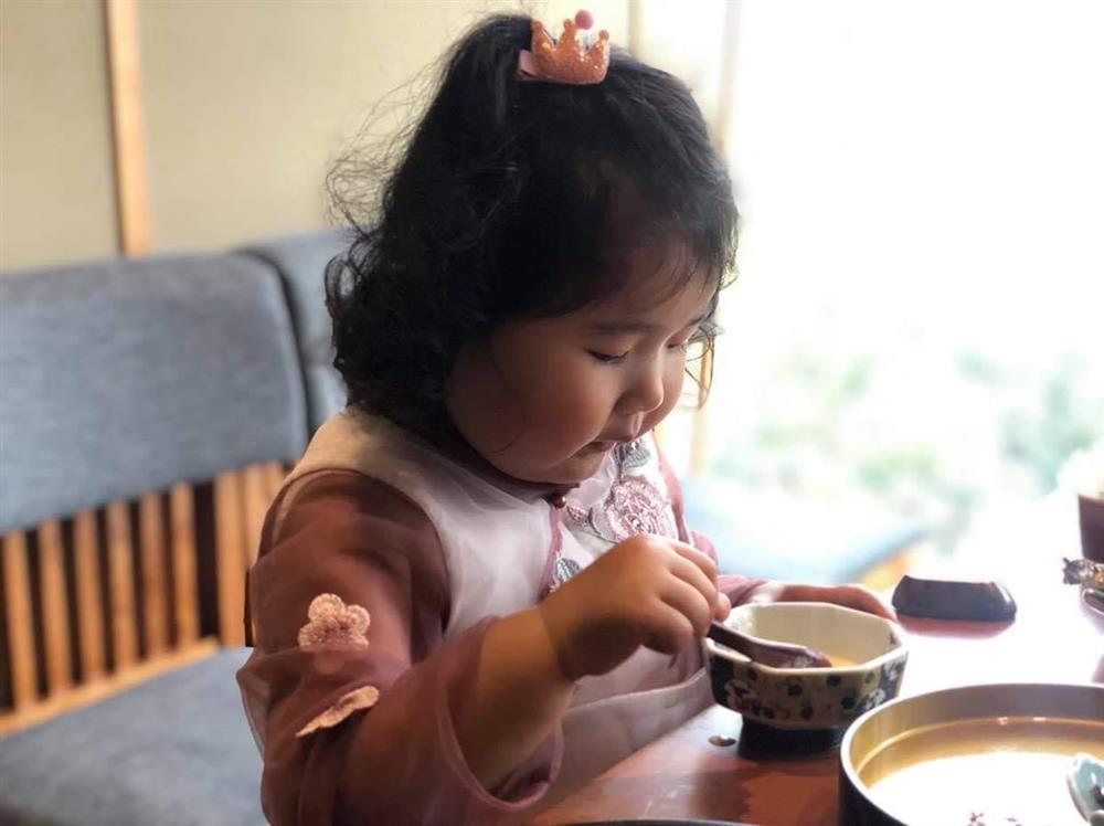 Hoa hậu Hương Giang nuôi con theo đúng kiểu mẹ bỉm hiện đại: Con gái lớn chân dài miên man, gái nhỏ bụ bẫm đáng yêu-16