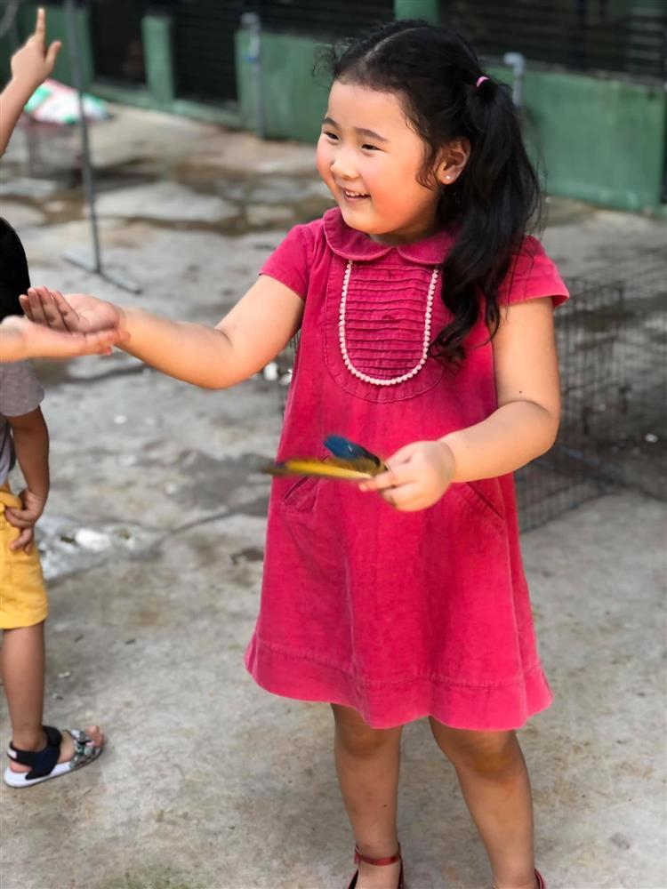 Hoa hậu Hương Giang nuôi con theo đúng kiểu mẹ bỉm hiện đại: Con gái lớn chân dài miên man, gái nhỏ bụ bẫm đáng yêu-17