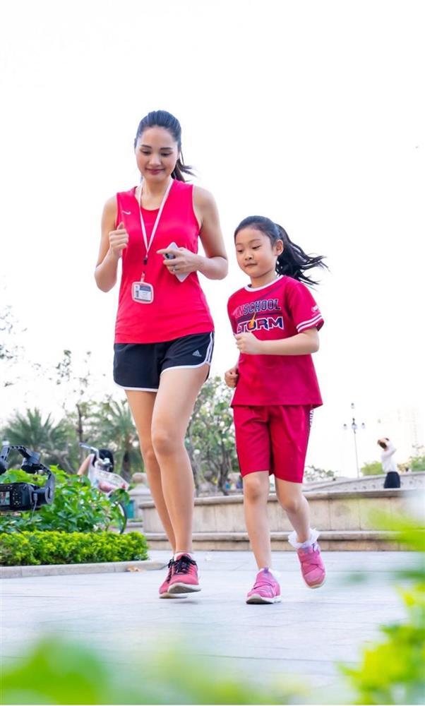 Hoa hậu Hương Giang nuôi con theo đúng kiểu mẹ bỉm hiện đại: Con gái lớn chân dài miên man, gái nhỏ bụ bẫm đáng yêu-18