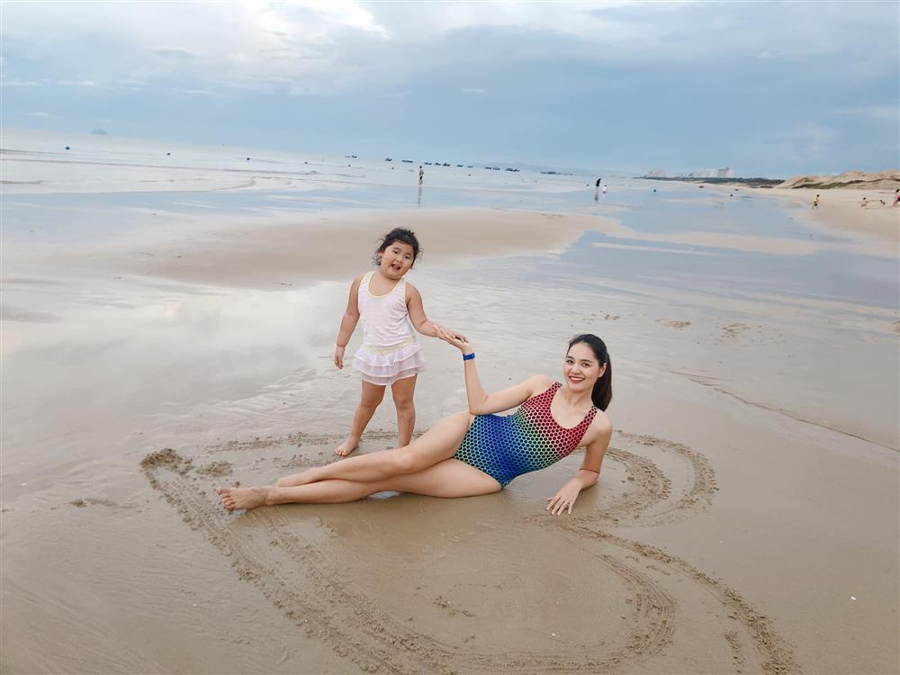 Hoa hậu Hương Giang nuôi con theo đúng kiểu mẹ bỉm hiện đại: Con gái lớn chân dài miên man, gái nhỏ bụ bẫm đáng yêu-19