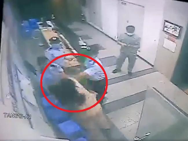 Bị nhắc nhở, ngăn không cho sử dụng thang máy vì không đeo khẩu trang, người phụ nữ rút dép táng luôn bảo vệ chung cư-2