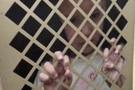 Thấy bé gái bị nhốt dưới hầm đang kêu cứu, cô gái đến gần mới vỡ lẽ sự thật nhưng quay clip đăng đàn thì được dân mạng khuyên báo cảnh sát ngay