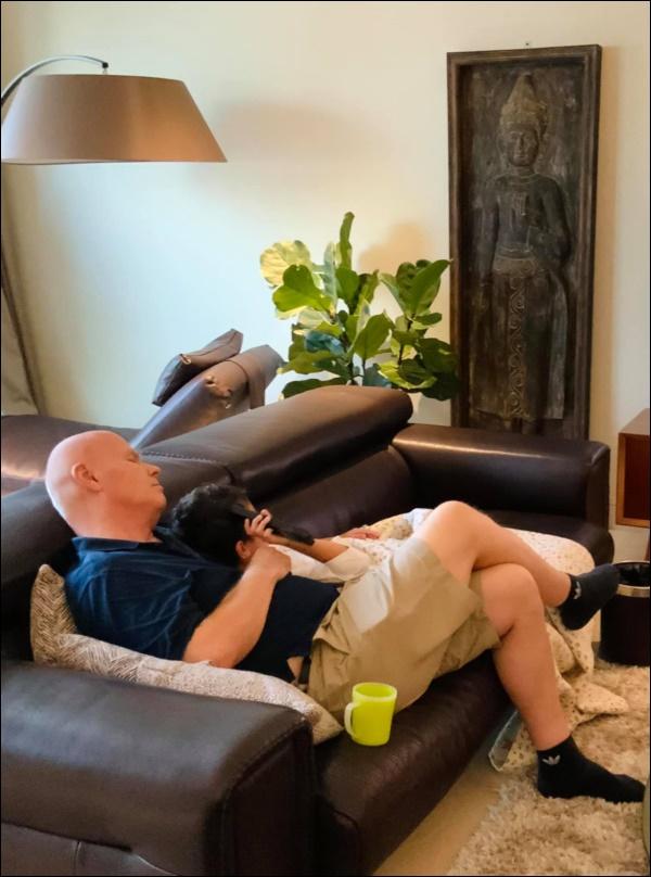 Làm cha ở tuổi 57, chồng doanh nhân người Hà Lan của Thu Minh chăm sóc con ốm từ A-Z, mệt cũng ôm con ngủ không chịu rời-4