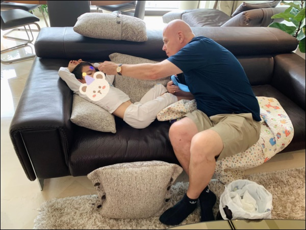 Làm cha ở tuổi 57, chồng doanh nhân người Hà Lan của Thu Minh chăm sóc con ốm từ A-Z, mệt cũng ôm con ngủ không chịu rời-5