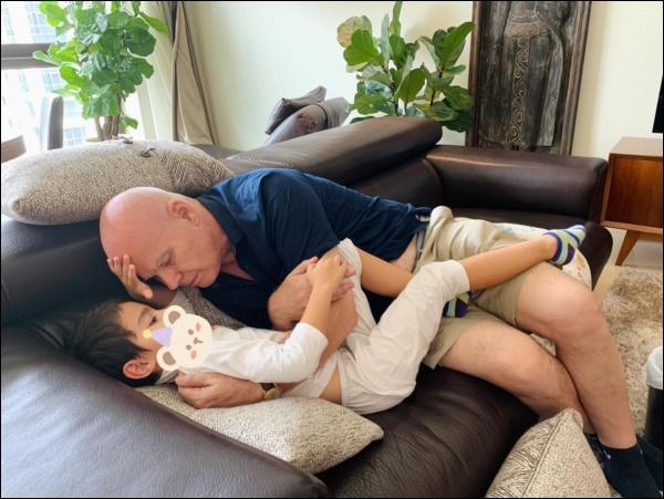 Làm cha ở tuổi 57, chồng doanh nhân người Hà Lan của Thu Minh chăm sóc con ốm từ A-Z, mệt cũng ôm con ngủ không chịu rời-2