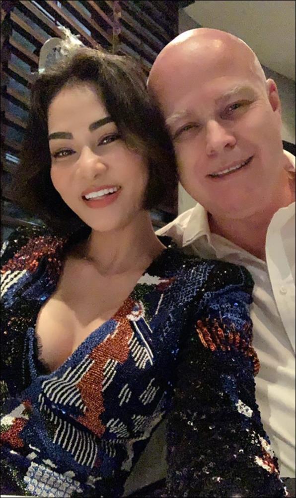 Làm cha ở tuổi 57, chồng doanh nhân người Hà Lan của Thu Minh chăm sóc con ốm từ A-Z, mệt cũng ôm con ngủ không chịu rời-1