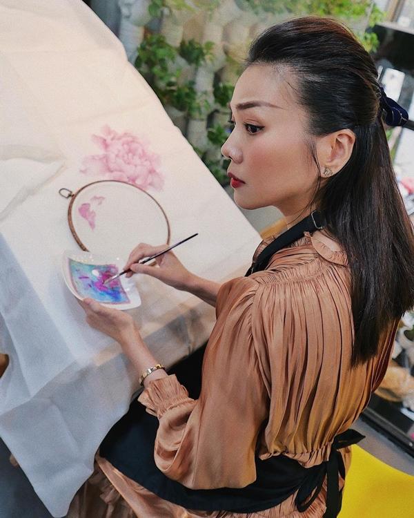 Mãn nhãn với 4 cách buộc tóc của sao Việt: Mùa hè áp dụng thì cực gọn mát, visual còn lên hương-13