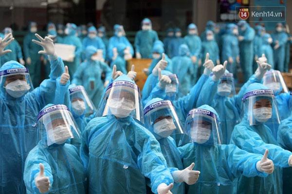 Hình ảnh đẹp: Chiến sĩ CSGT đứng nghiêm, giơ tay chào đoàn y bác sĩ từ Quảng Ninh đến Bắc Giang chống dịch Covid-19-1