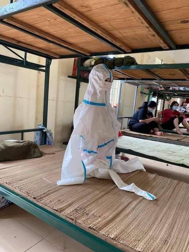 Hình ảnh những em nhỏ trong khu cách ly ở Bắc Giang: Trời nóng nực vẫn mặc bộ đồ bảo hộ rộng thùng thình, ánh mắt ngơ ngác nhìn mà thương-1