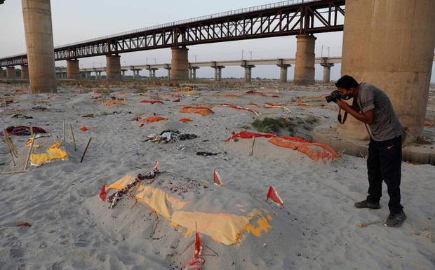 Ấn Độ: Mưa lớn quét sạch cát bề mặt, bờ sông Hằng lộ ra hàng loạt thi thể đang phân hủy-1
