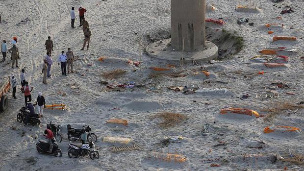 Ấn Độ: Mưa lớn quét sạch cát bề mặt, bờ sông Hằng lộ ra hàng loạt thi thể đang phân hủy-2
