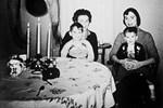Bức ảnh gia đình huyền thoại ám ảnh dân mạng hàng năm trời bởi bóng dáng kỳ lạ bên trái nay đã có lời giải đáp?