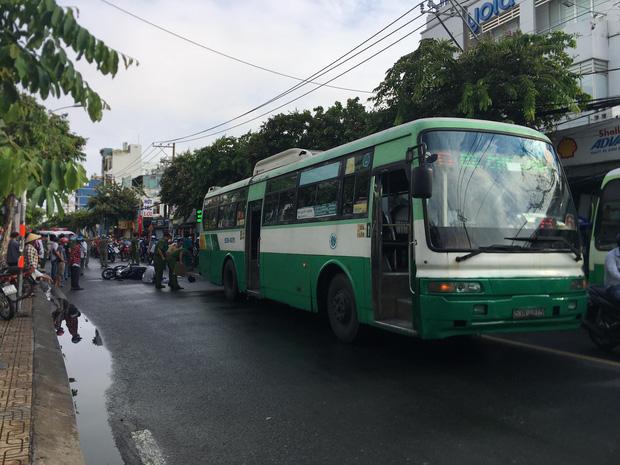 TP.HCM: Nữ sinh lớp 12 bị xe buýt cán tử vong, cha ôm thi thể con ngồi khóc khiến ai cũng xót xa-1