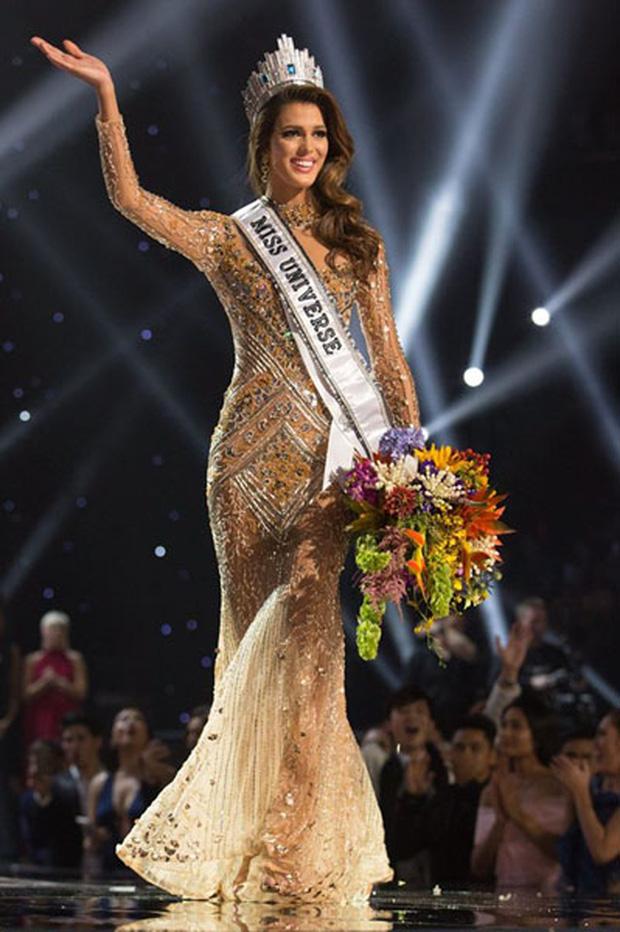 """Khánh Vân mặc váy Tái Sinh"""" tại chung kết Miss Universe 2020, netizen thắc mắc 1 điều về đôi giày-7"""