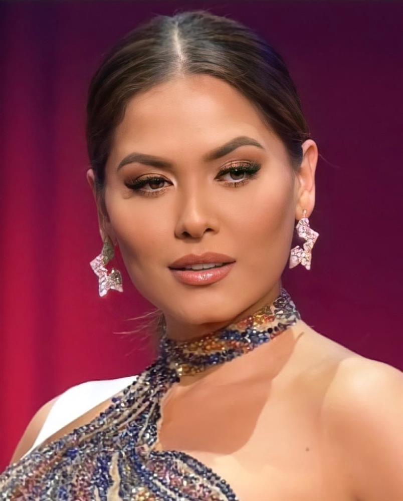 Style đời thường của Tân Hoa hậu Hoàn vũ Mexico: Chuẩn bánh bèo chúa khi diện toàn váy áo hoa lá hẹ-1