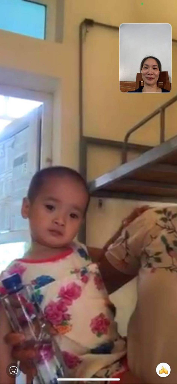 Cô bé 2 tuổi trong bộ đồ bảo hộ ở khu cách ly qua lời kể của người thân: Hôm được đi ô tô còn sướng, hôm sau cứ khóc đòi về nhà-3