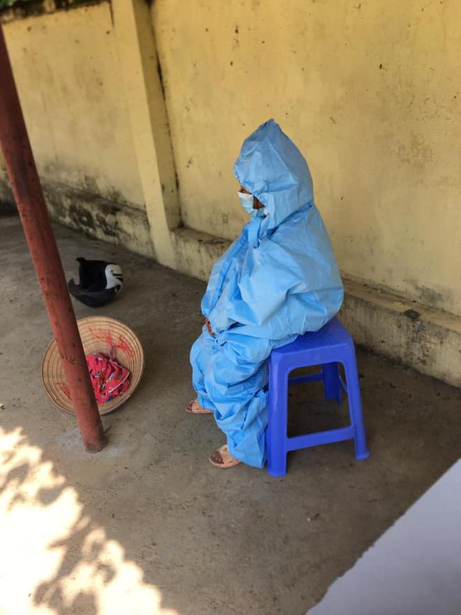Cô bé 2 tuổi trong bộ đồ bảo hộ ở khu cách ly qua lời kể của người thân: Hôm được đi ô tô còn sướng, hôm sau cứ khóc đòi về nhà-6