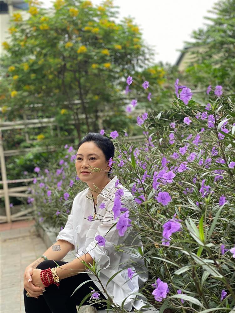Cận cảnh khu vườn trong căn biệt phủ ngoại ô của hot mom Văn Thùy Dương, trồng được cả loại ớt đắt nhất thế giới có giá gần 1 tỷ đồng/kg-1