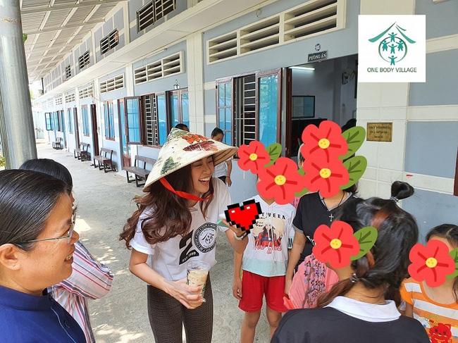 Khánh Vân từng trả lời: Em chẳng có gì ngoài một trái tim yêu thương, xem cách bố mẹ dạy mới hiểu tại sao hoa hậu luôn được khen đẹp cả người cả nết-9