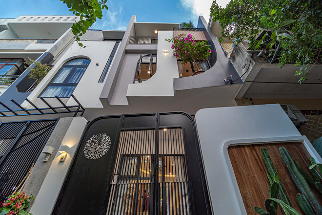 Có mảnh đất 75m2, vợ chồng Đà Nẵng xây nhà cực khéo: Trong nhà nghe tiếng nước chảy, ngoài vườn nghe tiếng chim hót-1