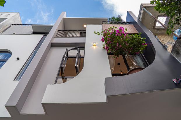 Có mảnh đất 75m2, vợ chồng Đà Nẵng xây nhà cực khéo: Trong nhà nghe tiếng nước chảy, ngoài vườn nghe tiếng chim hót-3