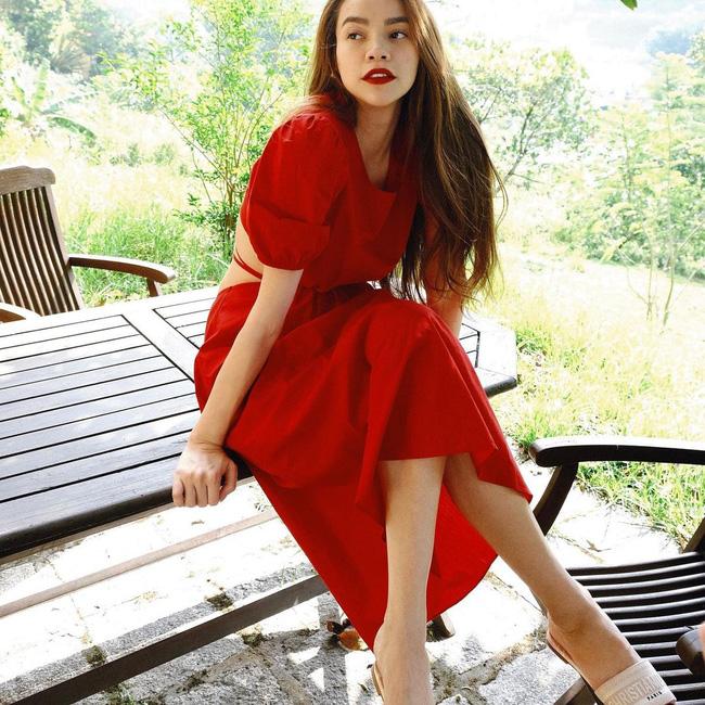 Hà Hồ toàn mix kiểu dép này với váy cho mát chân, mà trông cũng sành điệu ra phết-6