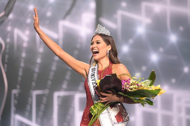 2 thái cực biểu cảm cựu và tân Miss Universe gây bão: Bên cười không khép được miệng, bên căng thẳng trao vương miện 115 tỷ-6