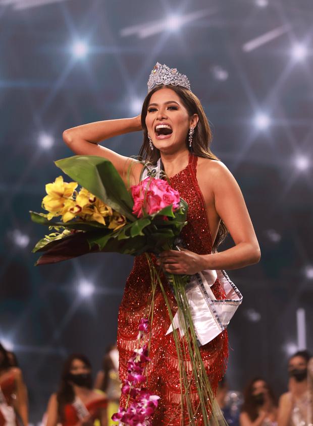 2 thái cực biểu cảm cựu và tân Miss Universe gây bão: Bên cười không khép được miệng, bên căng thẳng trao vương miện 115 tỷ-10
