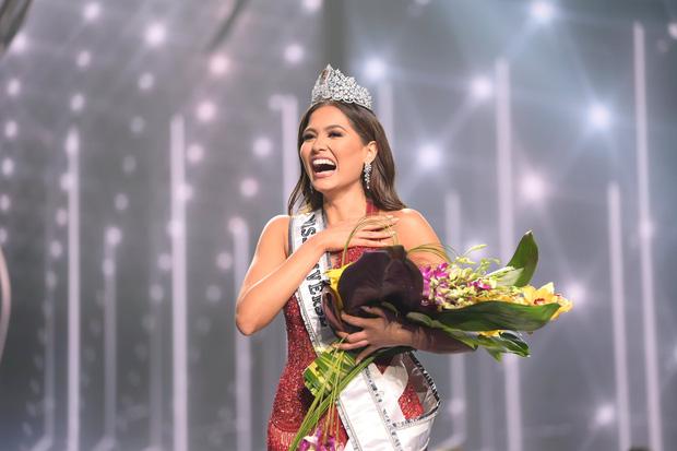 2 thái cực biểu cảm cựu và tân Miss Universe gây bão: Bên cười không khép được miệng, bên căng thẳng trao vương miện 115 tỷ-7