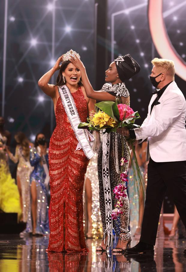 2 thái cực biểu cảm cựu và tân Miss Universe gây bão: Bên cười không khép được miệng, bên căng thẳng trao vương miện 115 tỷ-8
