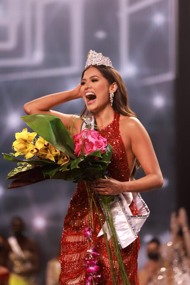2 thái cực biểu cảm cựu và tân Miss Universe gây bão: Bên cười không khép được miệng, bên căng thẳng trao vương miện 115 tỷ-15