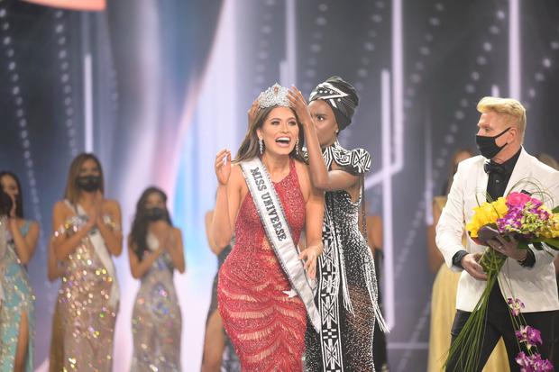 2 thái cực biểu cảm cựu và tân Miss Universe gây bão: Bên cười không khép được miệng, bên căng thẳng trao vương miện 115 tỷ-2