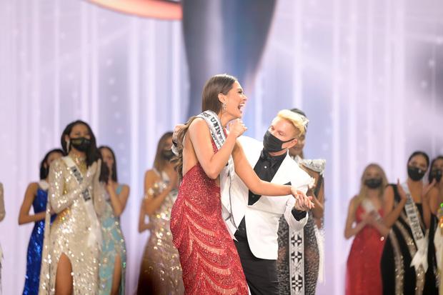2 thái cực biểu cảm cựu và tân Miss Universe gây bão: Bên cười không khép được miệng, bên căng thẳng trao vương miện 115 tỷ-9