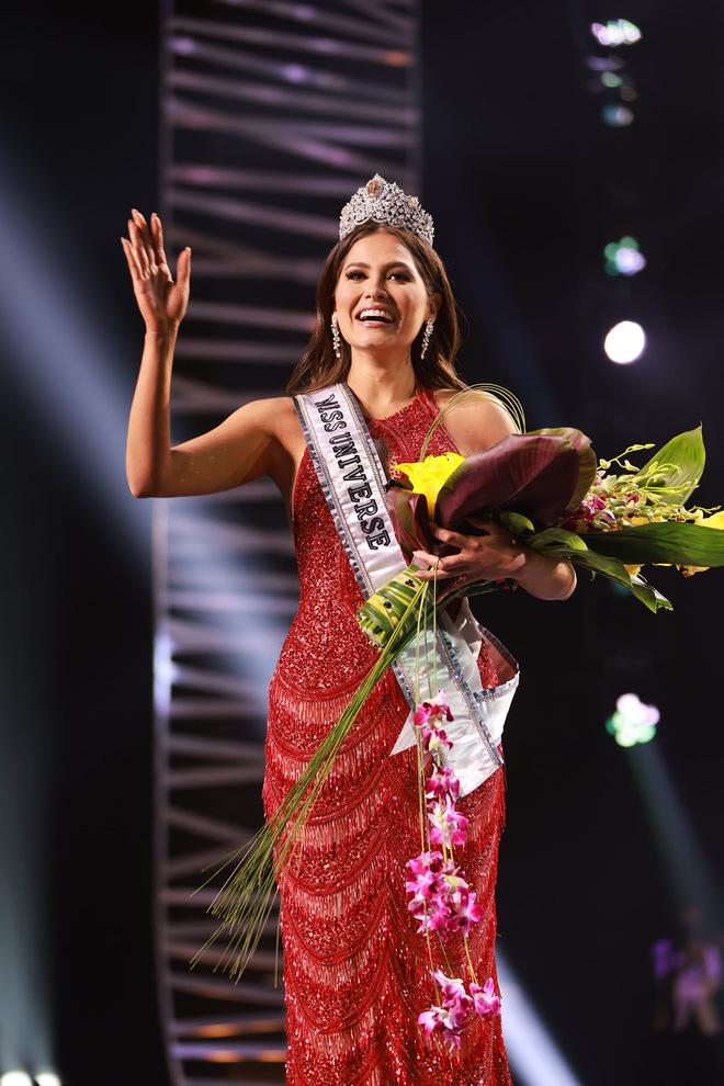 2 thái cực biểu cảm cựu và tân Miss Universe gây bão: Bên cười không khép được miệng, bên căng thẳng trao vương miện 115 tỷ-12