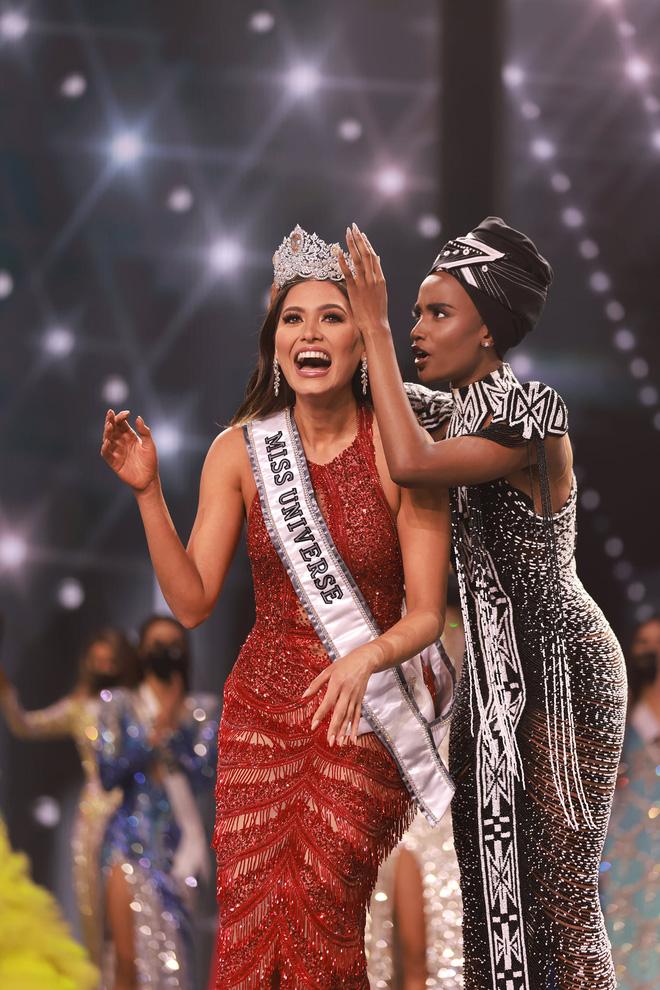 2 thái cực biểu cảm cựu và tân Miss Universe gây bão: Bên cười không khép được miệng, bên căng thẳng trao vương miện 115 tỷ-14