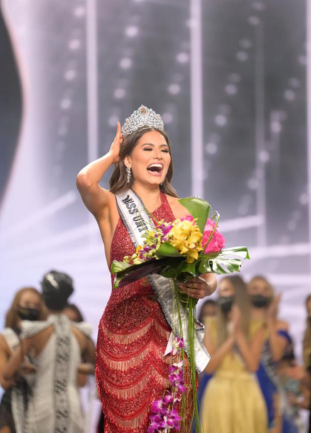 2 thái cực biểu cảm cựu và tân Miss Universe gây bão: Bên cười không khép được miệng, bên căng thẳng trao vương miện 115 tỷ-5