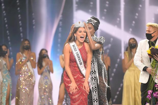 2 thái cực biểu cảm cựu và tân Miss Universe gây bão: Bên cười không khép được miệng, bên căng thẳng trao vương miện 115 tỷ-11