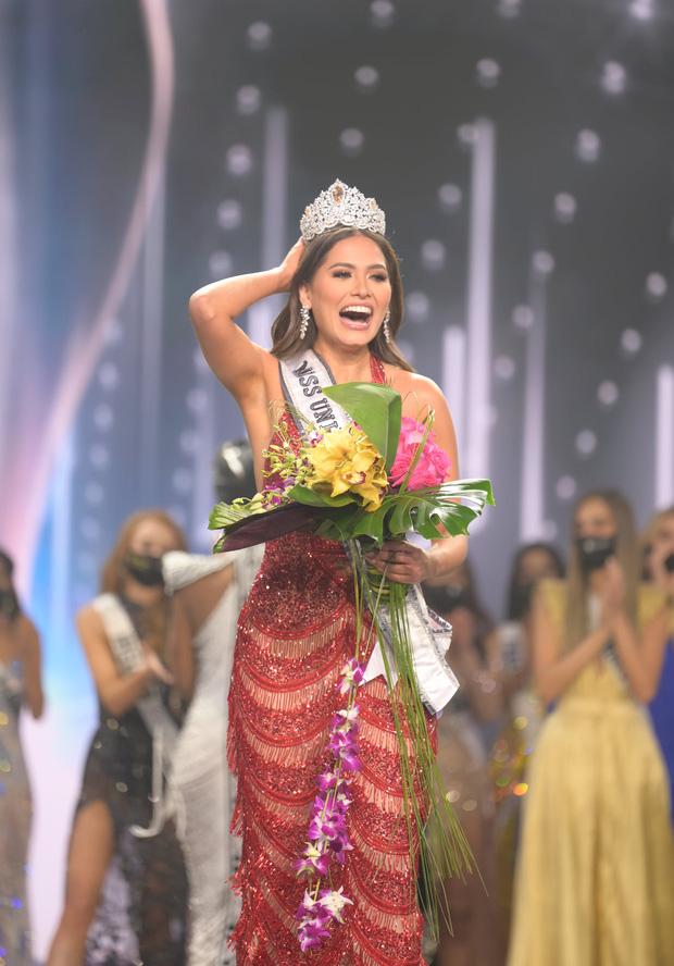 2 thái cực biểu cảm cựu và tân Miss Universe gây bão: Bên cười không khép được miệng, bên căng thẳng trao vương miện 115 tỷ-4