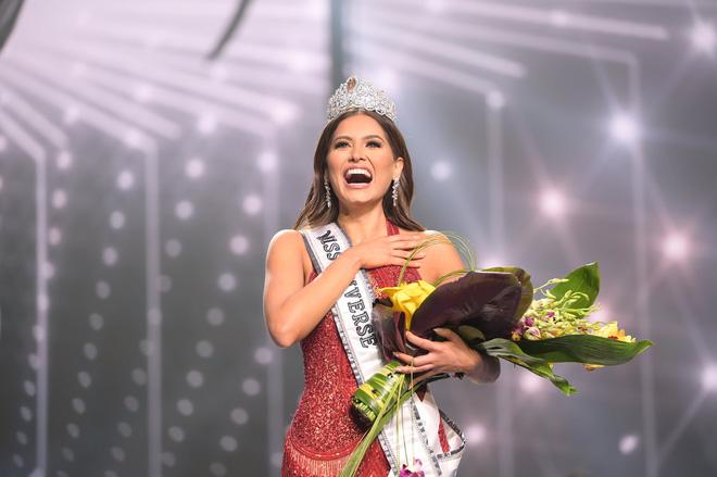 2 thái cực biểu cảm cựu và tân Miss Universe gây bão: Bên cười không khép được miệng, bên căng thẳng trao vương miện 115 tỷ-16