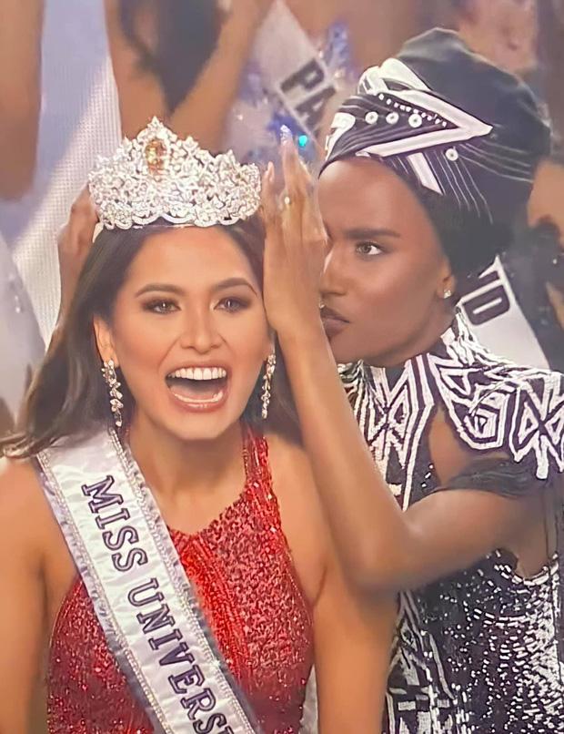 2 thái cực biểu cảm cựu và tân Miss Universe gây bão: Bên cười không khép được miệng, bên căng thẳng trao vương miện 115 tỷ-1