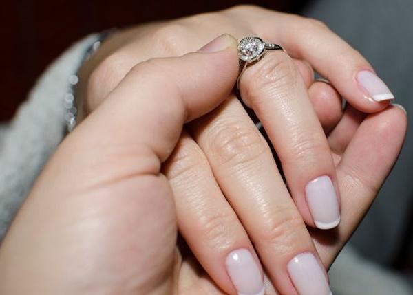 Được cầu hôn bằng nhẫn kim cương, người phụ nữ vừa đồng ý đã phẫn nộ hủy hôn khi phát hiện âm mưu bố mẹ ruột và chồng sắp cưới làm sau lưng mình-2