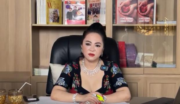 Bà Phương Hằng mắng sa sả trên livestream vẫn không quên hỏi dân mạng: Quý vị thấy em đeo nữ trang đẹp khum?-2
