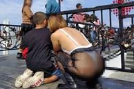 Người phụ nữ thích mặc đồ thả rông vượt 'kỷ lục' của chính mình, đi với con mà diện chiếc quần hở nguyên cả vòng 3 ở cầu Tình yêu - Đà Nẵng