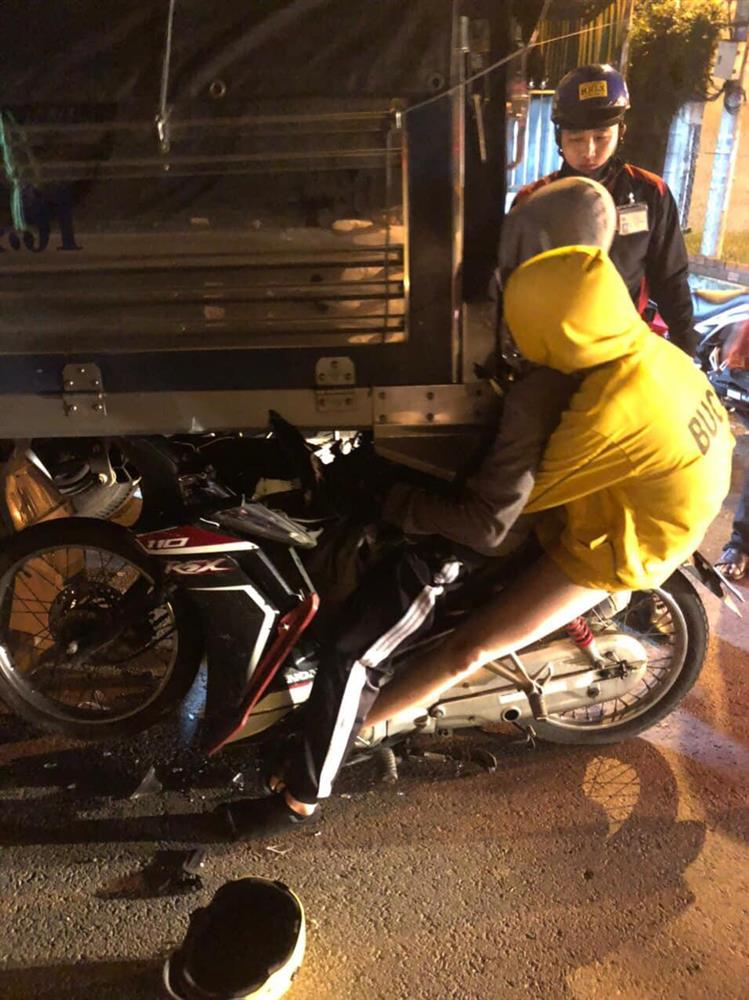 Tiền Giang: Hiện trường đôi nam nữ tông vào đuôi xe tải, nhập viện trong tình trạng nguy kịch-1
