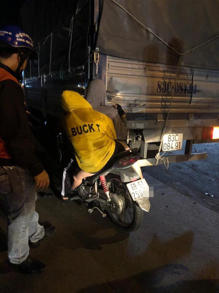 Tiền Giang: Hiện trường đôi nam nữ tông vào đuôi xe tải, nhập viện trong tình trạng nguy kịch-2